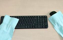 Μόνο πουκάμισο χωρίς υπάλληλο επάνω στο μαύρο πληκτρολόγιο, κενή θέση εργασίας Στοκ εικόνες με δικαίωμα ελεύθερης χρήσης