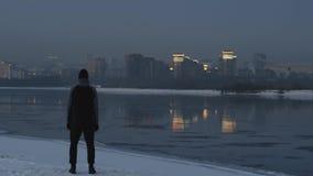 Μόνο ρολόι αθλητών στην πόλη ηλιοβασιλέματος από τη χειμερινή όχθη ποταμού Επίτευγμα στόχου απόθεμα βίντεο
