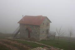 Μόνο σπίτι πετρών στο λόφο στην ομίχλη στοκ φωτογραφίες με δικαίωμα ελεύθερης χρήσης