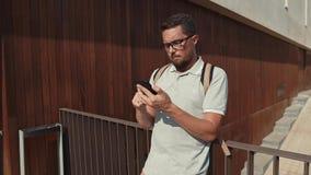 Μόνο το μελαχροινό μαλλιαρό άτομο τρυπά στην οθόνη αφής του κινητού τηλεφώνου υπαίθρια απόθεμα βίντεο