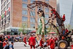 Μόντρεαλ, Κεμπέκ, Καναδάς - 21 Μαΐου 2017: Η γιγαντιαία μαριονέτα και το Lilliputians μικρών κοριτσιών στοκ εικόνα με δικαίωμα ελεύθερης χρήσης
