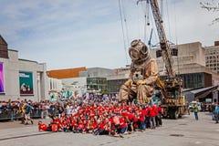 Μόντρεαλ, Κεμπέκ, Καναδάς - 21 Μαΐου 2017: Η ομάδα 375 που παίρνουν τη φωτογραφία με τη βαθύβια γιγαντιαία μαριονέτα στοκ φωτογραφίες με δικαίωμα ελεύθερης χρήσης