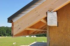Μόνωση οικοδόμησης Γωνία της μόνωσης σπιτιών με τις μαρκίζες στο θερινό κλίμα στοκ εικόνα με δικαίωμα ελεύθερης χρήσης