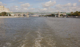 Μόσχα γέφυρα pushkinsky Κάτω από τα σκάφη επιπλεόντων σωμάτων γεφυρών Στοκ Εικόνες