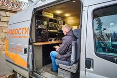 Μόσχα - 10 04 2017: Δημοσιογράφος σε ένα όχημα ραδιοφωνικής μετάδοσης κοντά σε Kremli Στοκ Εικόνα