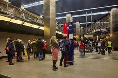 Μόσχα - 10 Ιανουαρίου 2017: Άνθρωποι που περιμένουν το τραίνο στη Μόσχα Στοκ φωτογραφία με δικαίωμα ελεύθερης χρήσης