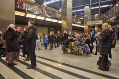 Μόσχα - 10 Ιανουαρίου 2017: Άνθρωποι που περιμένουν το τραίνο στη Μόσχα Στοκ Φωτογραφίες