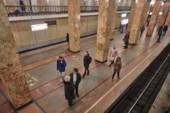 Μόσχα - 10 Ιανουαρίου 2017: Άνθρωποι που περιμένουν το τραίνο στη Μόσχα Στοκ εικόνες με δικαίωμα ελεύθερης χρήσης