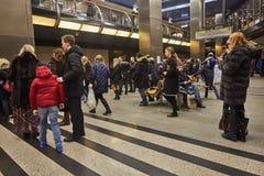 Μόσχα - 10 Ιανουαρίου 2017: Άνθρωποι που περιμένουν το τραίνο στη Μόσχα Στοκ Φωτογραφία