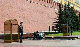 Μόσχα, κήπος του Αλεξάνδρου Φρουρά τιμής στον τάφο του άγνωστου Στοκ φωτογραφία με δικαίωμα ελεύθερης χρήσης