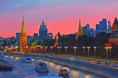 Μόσχα Κρεμλίνο και ποταμός της Μόσχας στο ηλιοβασίλεμα Στοκ Εικόνες