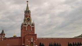 Μόσχα Κρεμλίνο, κόκκινη πλατεία Πύργος ρολογιών Savior Spasskaya μπροστά από το νεφελώδη ουρανό θύελλας απόθεμα βίντεο