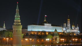 Μόσχα Κρεμλίνο και καθεδρικός ναός του βασιλικού του ST δεμένη όψη σκαφών λιμένων νύχτας απόθεμα βίντεο