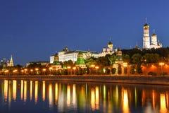 Μόσχα Κρεμλίνο και ποταμός που φωτίζονται το βράδυ, Ρωσία Στοκ Εικόνα
