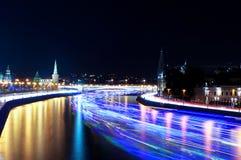 Μόσχα Κρεμλίνο και σκάφη στον ποταμό Moskva χρόνος-σφάλμα Στοκ Φωτογραφία