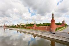 Μόσχα Κρεμλίνο στην ακτή ποταμών Moskva στο υπόβαθρο του νεφελώδους ουρανού Στοκ Εικόνες