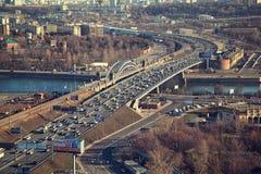 Μόσχα - 14 Μαρτίου: Οδήγηση αυτοκινήτων στο τρίτο δαχτυλίδι μεταφορών Ρωσία, Μόσχα, στις 14 Μαρτίου 2015 Στοκ Εικόνα