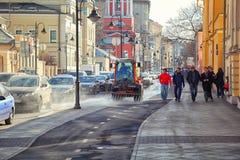 Μόσχα - 18 Μαρτίου: Οδός Pyatnitskaya, το ιστορικό κέντρο Κυκλοφοριακή συμφόρηση, τουρίστες, καθαροί δρόμοι waterer Ρωσία, Μόσχα, Στοκ εικόνες με δικαίωμα ελεύθερης χρήσης