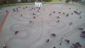 Μόσχα που συλλέγει τον εναέριο κηφήνα ποδηλατών φιλμ μικρού μήκους