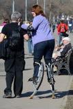Μόσχα, Ρωσίας - 12 Απριλίου, 2015: μια γυναίκα στους άλτες στο πάρκο Στοκ φωτογραφίες με δικαίωμα ελεύθερης χρήσης