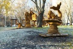 Μόσχα, Ρωσία, ένα πάρκο με τα γλυπτά φιαγμένα από ξύλο που βασίζεται στοκ εικόνα