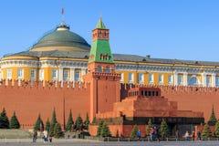 Μόσχα, Ρωσία - 15 Απριλίου 2018: Άποψη της Μόσχας Κρεμλίνο και του μαυσωλείου Λένιν ` s στο κόκκινο τετράγωνο σε ένα ηλιόλουστο π Στοκ φωτογραφίες με δικαίωμα ελεύθερης χρήσης