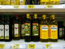 Μόσχα, Ρωσία - 14 Απριλίου 2018 ελαιόλαδο στα μπουκάλια σε ένα κατάστημα Auchan Στοκ εικόνες με δικαίωμα ελεύθερης χρήσης