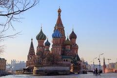 Μόσχα, Ρωσία - 15 Απριλίου 2018: Καθεδρικός ναός βασιλικού ` s του ST στο κόκκινο τετράγωνο ενάντια στο μπλε ουρανό σε ένα ηλιόλο Στοκ φωτογραφία με δικαίωμα ελεύθερης χρήσης