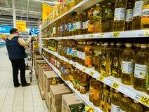 Μόσχα, Ρωσία - 14 Απριλίου 2018 ο αγοραστής επιλέγει το ηλιέλαιο στο κατάστημα Auchan Στοκ φωτογραφία με δικαίωμα ελεύθερης χρήσης