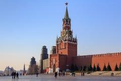 Μόσχα, Ρωσία - 15 Απριλίου 2018: Περπατώντας τουρίστες στο κόκκινο τετράγωνο στο υπόβαθρο της Μόσχας Κρεμλίνο και τον πύργο Spass Στοκ εικόνες με δικαίωμα ελεύθερης χρήσης