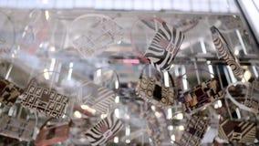 Τσάντες σε ένα κατάστημα μόδας πολυτέλειας φιλμ μικρού μήκους