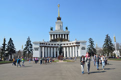 Μόσχα, Ρωσία, 20.2014 Απριλίου, άνθρωποι που περπατά κοντά στο περίπτερο αριθ. 1 κεντρικός (η Βουλή των λαών της Ρωσίας) Στοκ εικόνες με δικαίωμα ελεύθερης χρήσης
