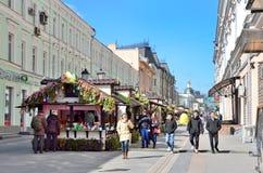 Μόσχα, Ρωσία, 15 Απριλίου, 2017 Άνθρωποι που περπατούν στην οδό Rozhdestvenka κατά τη διάρκεια της εβδομάδας Πάσχας Στοκ φωτογραφία με δικαίωμα ελεύθερης χρήσης