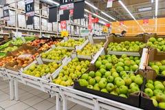 Μόσχα Ρωσία - 13 Απριλίου 2017: Εμπορικό κέντρο Auchan Πράσινα μήλα Στοκ Φωτογραφίες