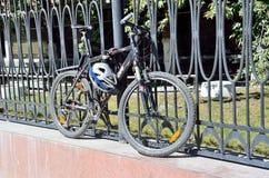 Μόσχα, Ρωσία, 21.2016 Αυγούστου, Κανένας, ποδήλατο στερεώνεται στο φράκτη με τη συσκευή antigonos Στοκ φωτογραφία με δικαίωμα ελεύθερης χρήσης
