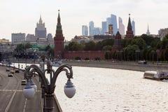 2018 06 17, Μόσχα, Ρωσία Εικονική παράσταση πόλης της Μόσχας με τον ποταμό και κτήρια του Κρεμλίνου Στοκ Φωτογραφία