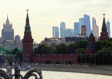 2018 06 17, Μόσχα, Ρωσία Εικονική παράσταση πόλης της Μόσχας με τον ποταμό και κτήρια του Κρεμλίνου Στοκ φωτογραφία με δικαίωμα ελεύθερης χρήσης