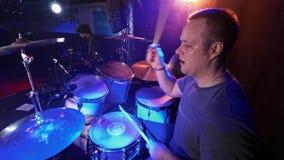 Μόσχα, Ρωσία - 21 Ιανουαρίου 2018: ορχήστρα ροκ συναυλίας που αποδίδει στη σκηνή Τυμπανιστής, κιθαρίστας απόθεμα βίντεο