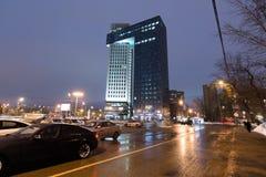 Μόσχα, Ρωσία - 28 Ιανουαρίου 2017 Σύγχρονη χρυσή πύλη εμπορικών κέντρων, ενθουσιώδες εθνικών οδών Στοκ εικόνες με δικαίωμα ελεύθερης χρήσης