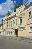 Μόσχα, Ρωσία, 12 Ιουνίου, 2017, κανένας, πάροδος Serebryanichesky το καλοκαίρι στη νεφελώδη ημέρα Κτήρια 18-19 αιώνων Στοκ Φωτογραφίες