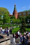 Μόσχα, Ρωσία - 12 Μαΐου 2018 Άνθρωποι στον κήπο του Αλεξάνδρου στο υπόβαθρο του πύργου οπλοστασίων γωνιών Στοκ εικόνα με δικαίωμα ελεύθερης χρήσης