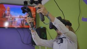 Μόσχα, Ρωσία - 19 Μαΐου 2019: Ένα έφηβη παίζει ένα εικονικό παιχνίδι στα μαύρα γυαλιά εικονικής πραγματικότητας φιλμ μικρού μήκους