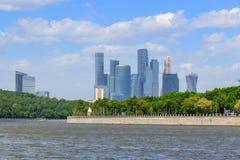 Μόσχα, Ρωσία - 30 Μαΐου 2018: Διεθνής Μόσχα-πόλη εμπορικών κέντρων της Μόσχας στο υπόβαθρο του ποταμού Moskva στην ηλιόλουστη ημέ Στοκ φωτογραφίες με δικαίωμα ελεύθερης χρήσης