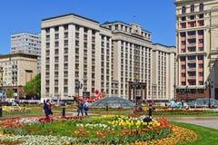 Μόσχα, Ρωσία - 12 Μαΐου 2018 Δούμα από την πλατεία Manezhnaya με τα λουλούδια Στοκ φωτογραφίες με δικαίωμα ελεύθερης χρήσης