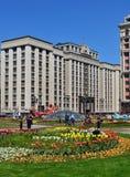 Μόσχα, Ρωσία - 12 Μαΐου 2018 Δούμα από την πλατεία Manezhnaya με τα λουλούδια Στοκ Εικόνες
