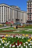 Μόσχα, Ρωσία - 12 Μαΐου 2018 Δούμα από την πλατεία Manezhnaya με τα λουλούδια Στοκ Εικόνα