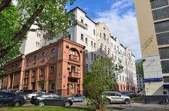 Μόσχα, Ρωσία, 19 Μαΐου, 2017 Τα αυτοκίνητα που σταθμεύουν κοντά στο σπίτι αριθμός 4 στην οδό Spartakovskaya στη Μόσχα Στοκ Εικόνες