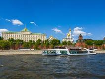 Μόσχα, Ρωσία - 12 Μαΐου 2018 Blagodat - πανί σκαφών στον ποταμό μετά από το Κρεμλίνο Στοκ φωτογραφίες με δικαίωμα ελεύθερης χρήσης