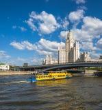 Μόσχα, Ρωσία - 12 Μαΐου 2018 Moskva - πανί σκαφών στον ποταμό μετά από τον ουρανοξύστη στο ανάχωμα Kotelnicheskaya Στοκ Εικόνα