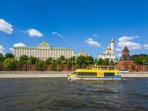 Μόσχα, Ρωσία - 12 Μαΐου 2018 Snegiri - πανί σκαφών στον ποταμό μετά από το Κρεμλίνο Στοκ φωτογραφία με δικαίωμα ελεύθερης χρήσης